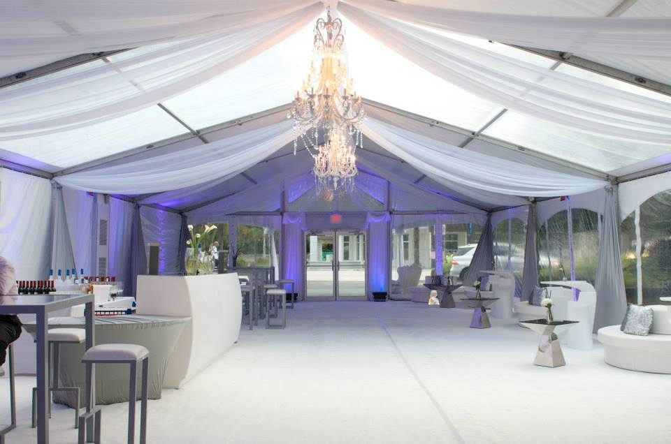 Sunset Cove at Miami Seaquarium Weddings Just Got Cooler with its Clear Panel Tent | Partyspace & Sunset Cove at Miami Seaquarium Weddings Just Got Cooler with its ...